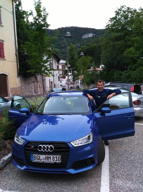 Hajo mit seinem Audi S1-Flitzer in Terlago - im Hintergrund über dem Ort die Wand