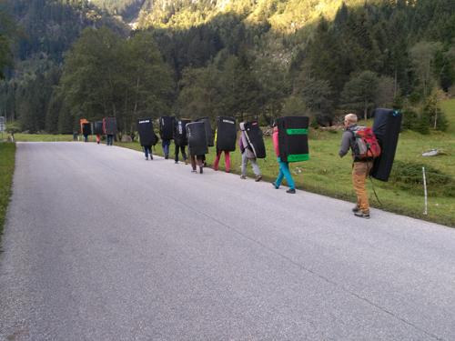 Prozession der Bouldermattenträger im Ginzlinger Tal