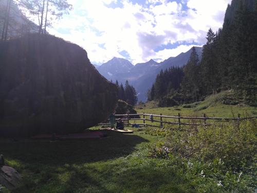 Magisches Zillertal im Frühherbst: auf den Bergspitzen leuchtet der erste Schnee, unten im Tal ist fast noch Sommer